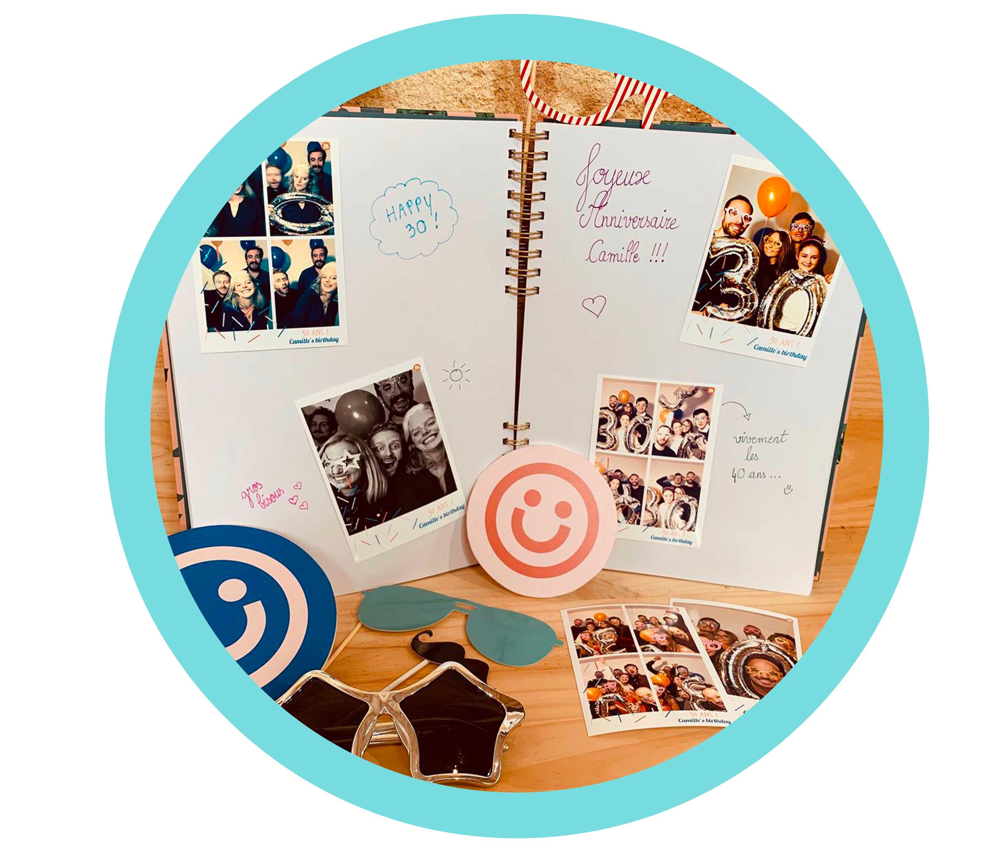 Quatre photos imprimées par le photobooth / borne photo Josepho lors d'un anniversaire sont collées dans un livre d'or. Des mots souhaitant un joyeux anniversaire sont accompagnés à côté des photos.