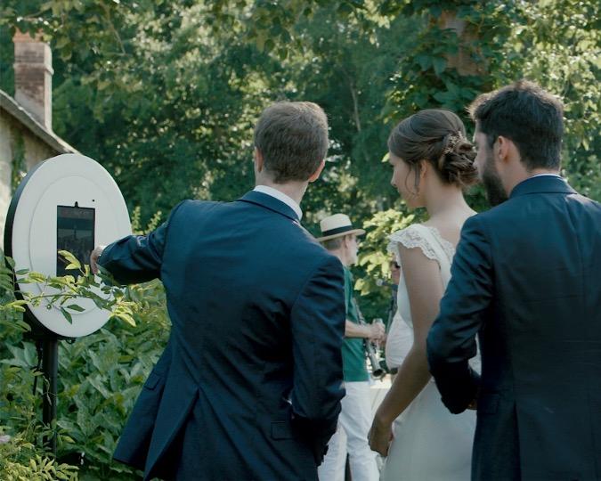 Lise et Antoine, un couple de nouveaux mariés, et un ami, se prennent en photo avec le photobooth de Josepho pendant leur mariage.