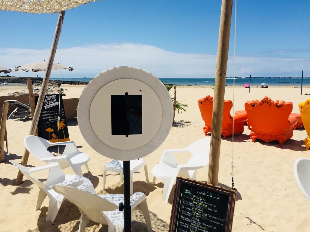 Le photobooth de Josepho est installé sur la terrasse du restaurant Nina à la Plage sur le sable, devant la mer.