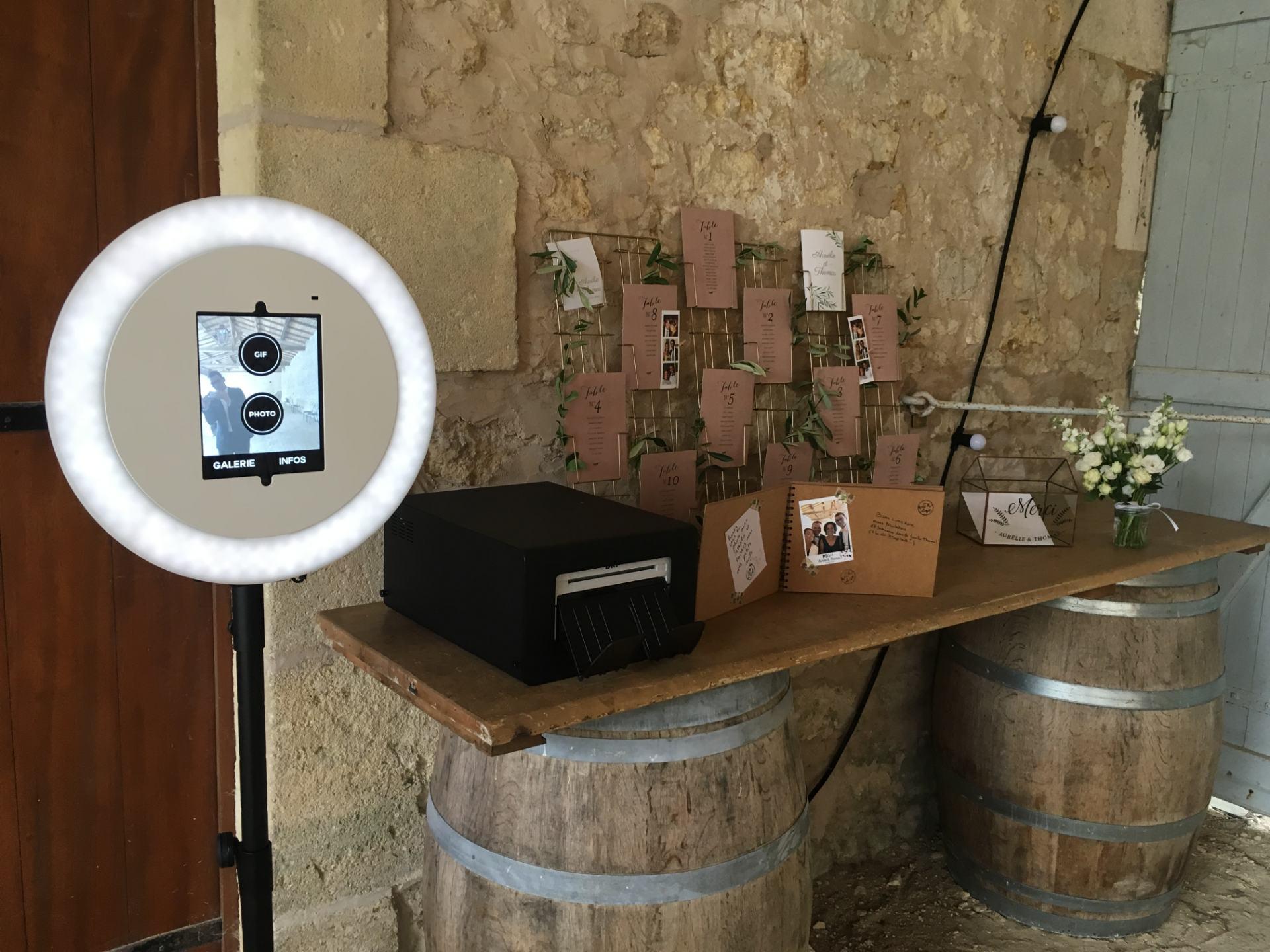 Le photomaton de Josepho est positionné dans un lieu de mariage, avec à côté une table et un tableau pour y apposer les photos imprimées par le photomaton.