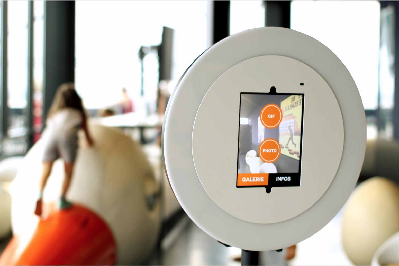 Le photobooth de Josepho est de face, en marque blanche avec l'application allumée pour se prendre en photo ou en GIF.