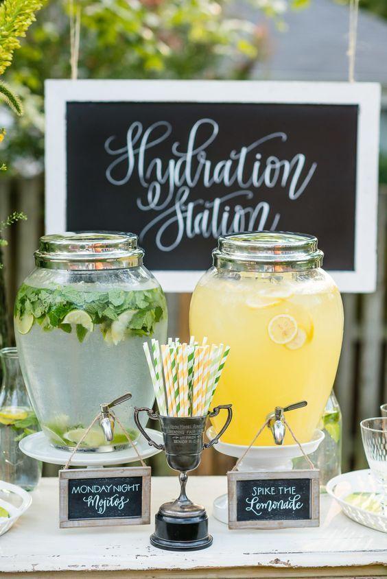Deux jarres en verre remplies sont installées sur une table avec des pailles en carton et des écriteaux indiquant ce que contiennent les jarres.