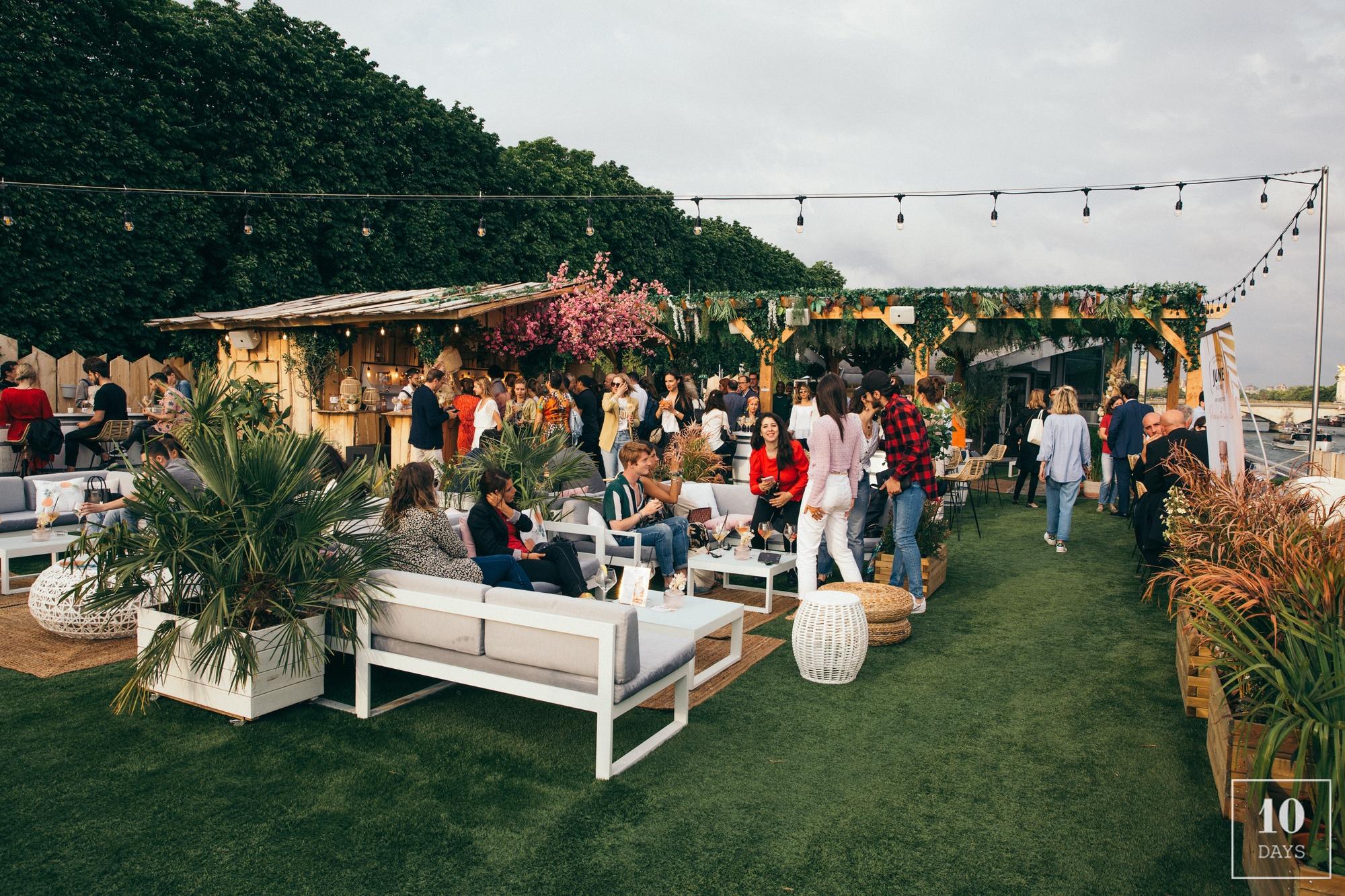 La terrasse du bar Mademoiselle Mouche, avec des personnes qui y boivent un verre.