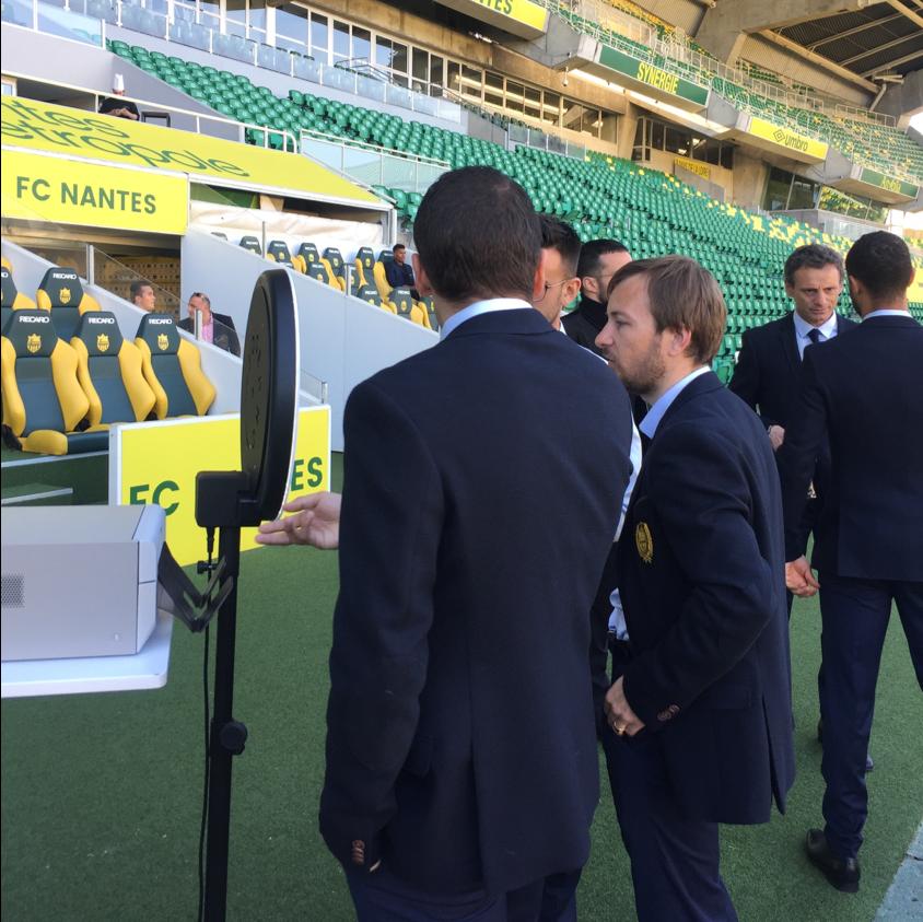 Deux hommes se prennent en photo avec le photobooth Josepho qui est positionné dans le stade de la FC Nantes.