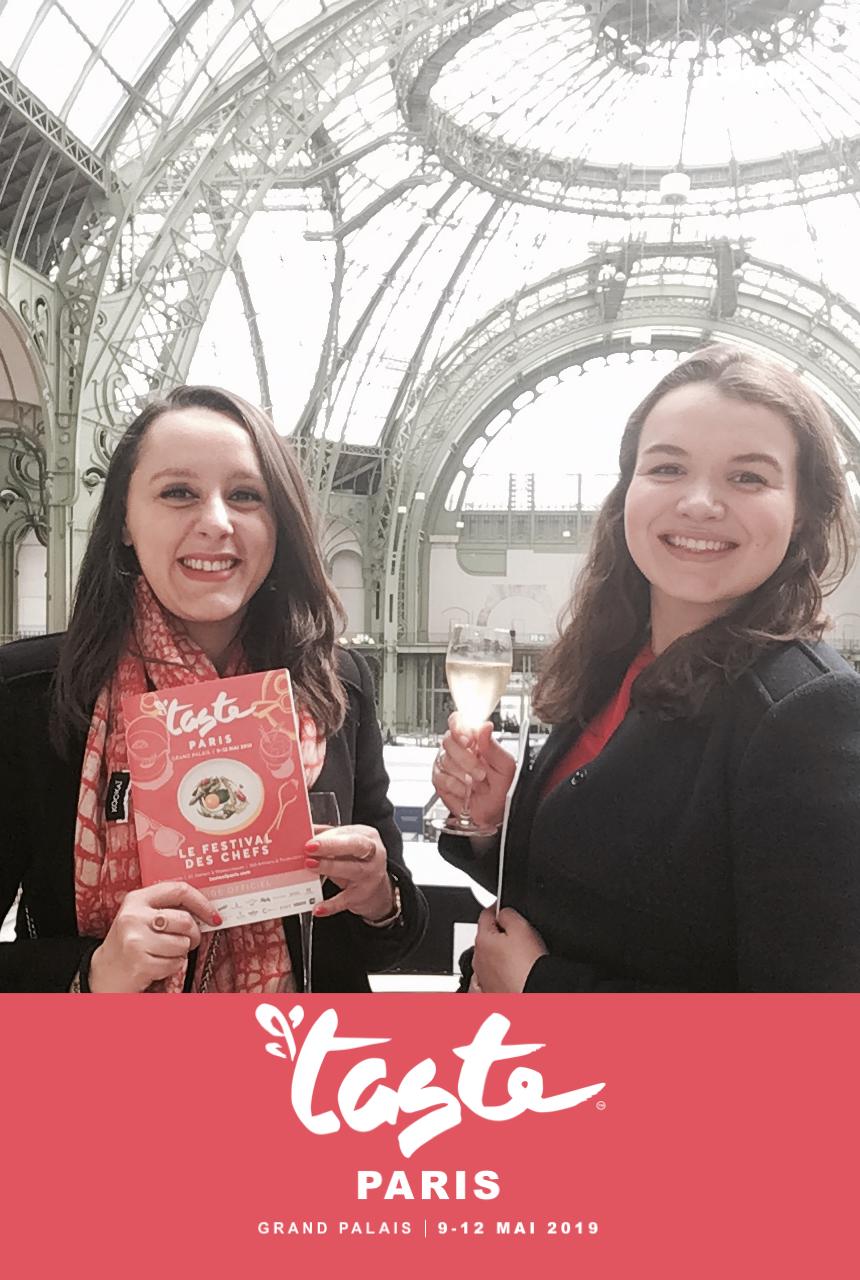 Une photo prise avec le photomaton de Josepho montre deux amies en train de se prendre en photo et sourire. La photo est personnalisée avec les couleurs et le logo Taste of Paris.