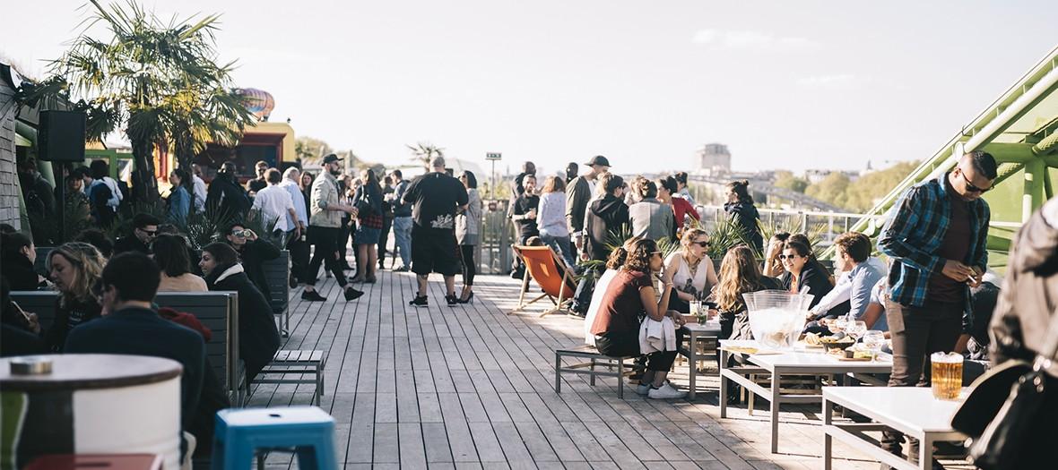 La terrasse du bar Café Oz, avec des personnes qui y boivent un verre.