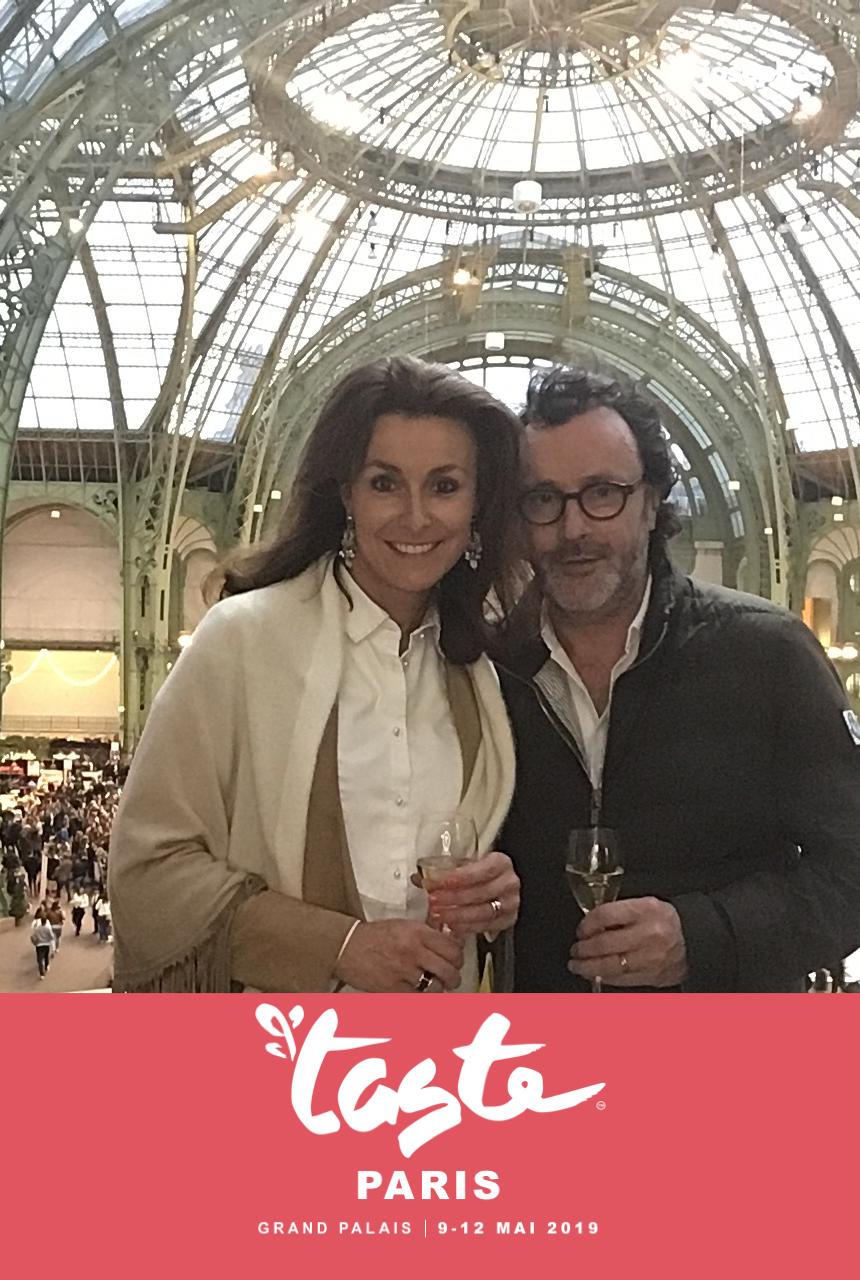 Une photo prise avec le photomaton de Josepho montre une femme et une homme en train de se prendre en photo et sourire. La photo est personnalisée avec les couleurs et le logo Taste of Paris.