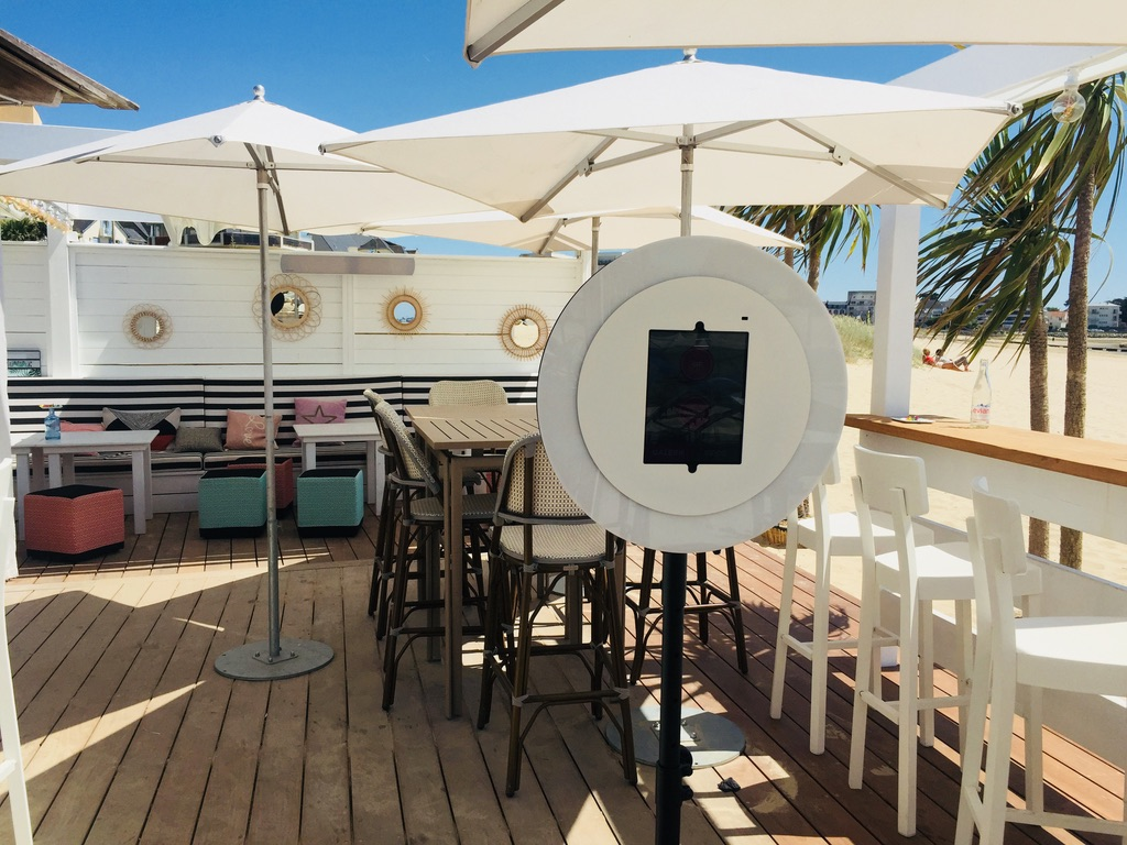 Le photobooth de Josepho est installé sur la terrasse du restaurant Nina à la Plage au milieu des tables.