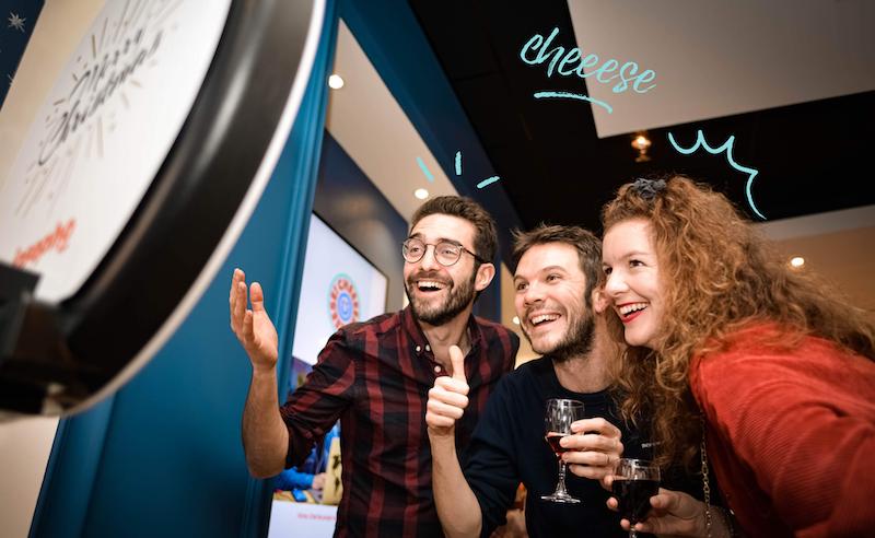 Des collegues s'amusent devant la photobooth josepho à un evenement d'entreprise