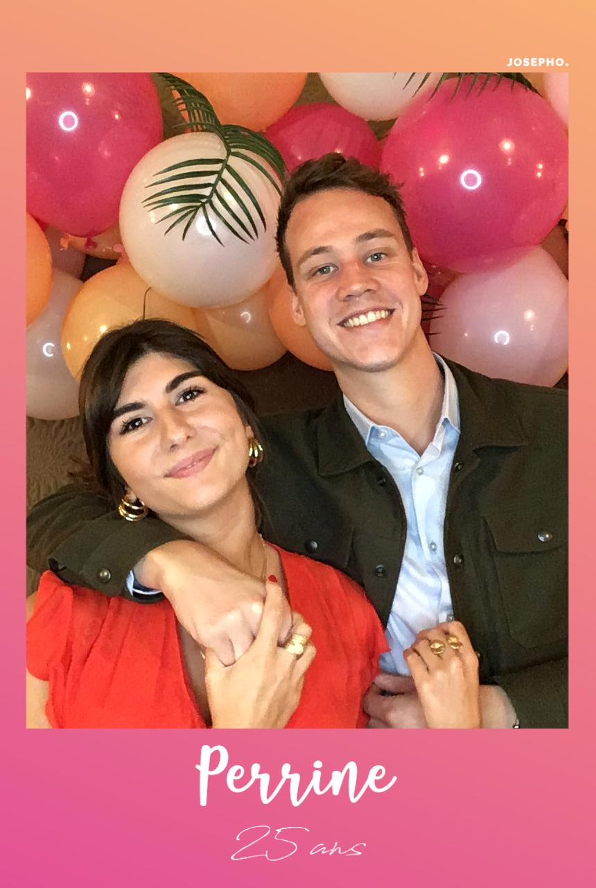 Une photo prise et imprimée par le photobooth Josepho montre deux amis poser devant le photobooth. Un photocall décoré de ballons est placé derrière eux.