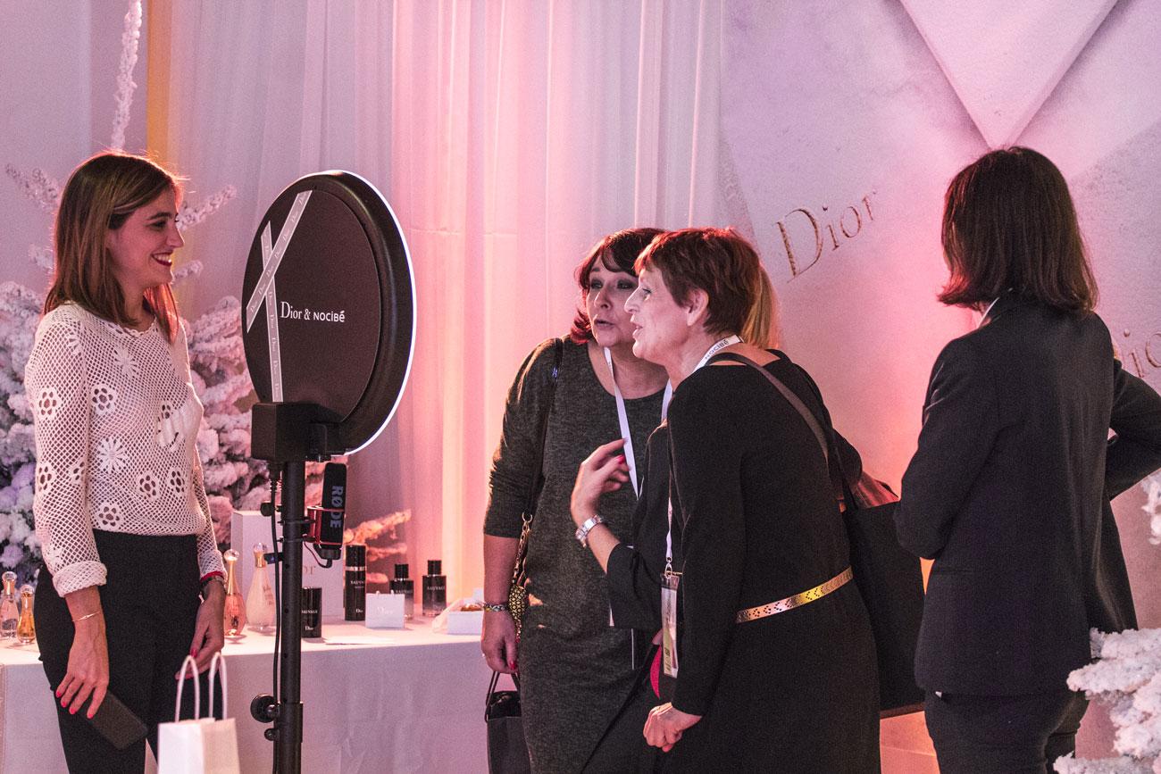 Deux femmes se prennent en photo avec le photomaton de Josepho personnalisé Dior & Nocibé pour l'événement.