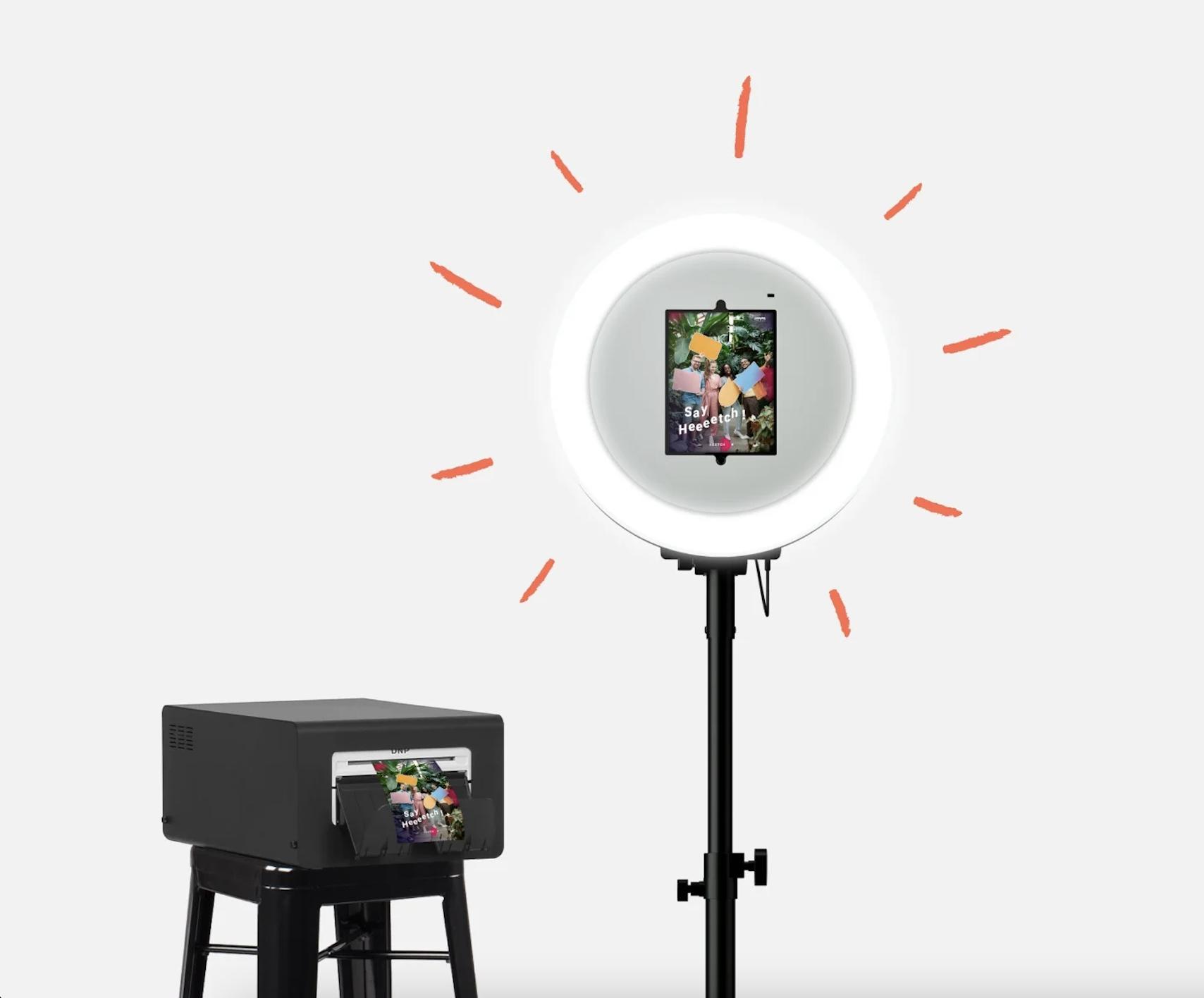 Un GIF montre en première image la face avant et arriere du photobooth josepho est personnalise aux couleurs de l'entreprise Galeries Lafayette. Puis en seconde image le photobooth sans personnalisation