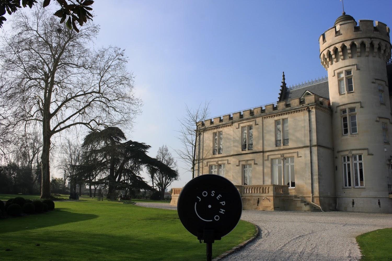 Le photobooth de Josepho est installé devant le Château Pape Clément.