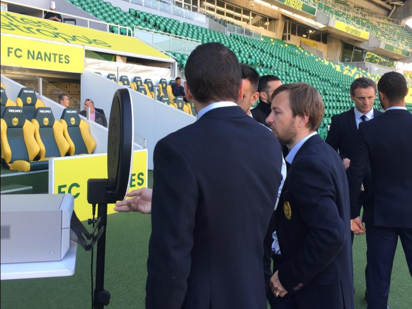 Trois hommes se prennent en photo avec le photobooth de Josepho qui est installé dans le stade du FC Nantes.