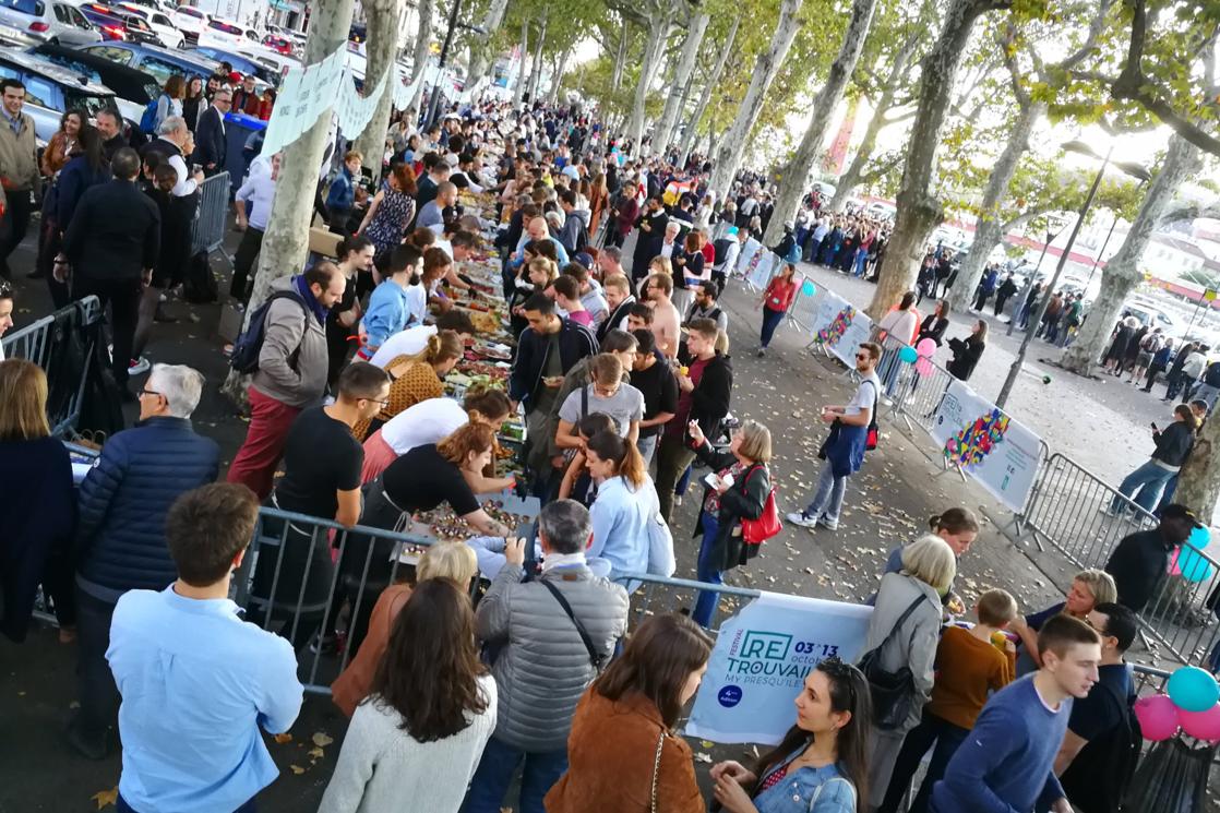 Un grand rassemblement de personnes à l'occasion du record de la planche apéro à Lyon.
