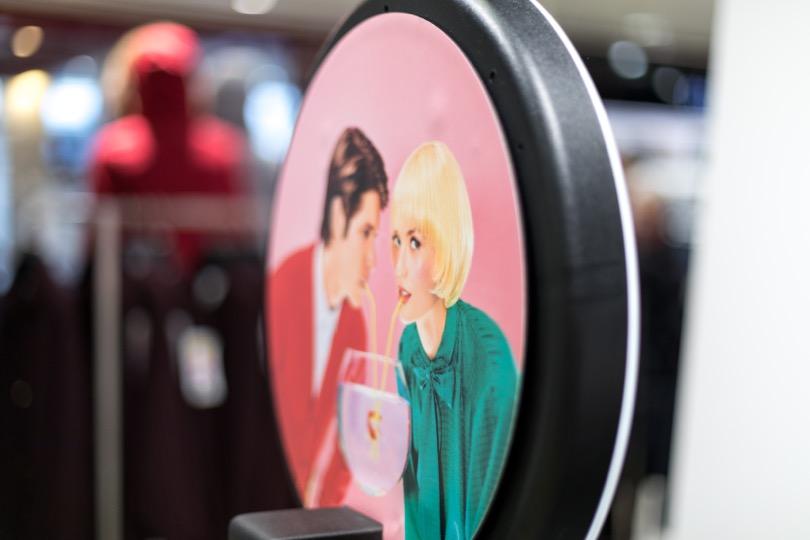 La face arrière du photobooth de Josepho est personnalisée avec un visuel des Galeries Lafayette pour la Saint-Valentin.