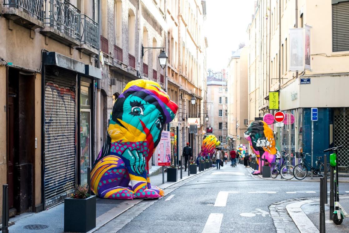 Des statues colorées de lions sont installées dans les rues de Lyon à l'occasion du Festival [Re]trouvailles My Presqu'île.