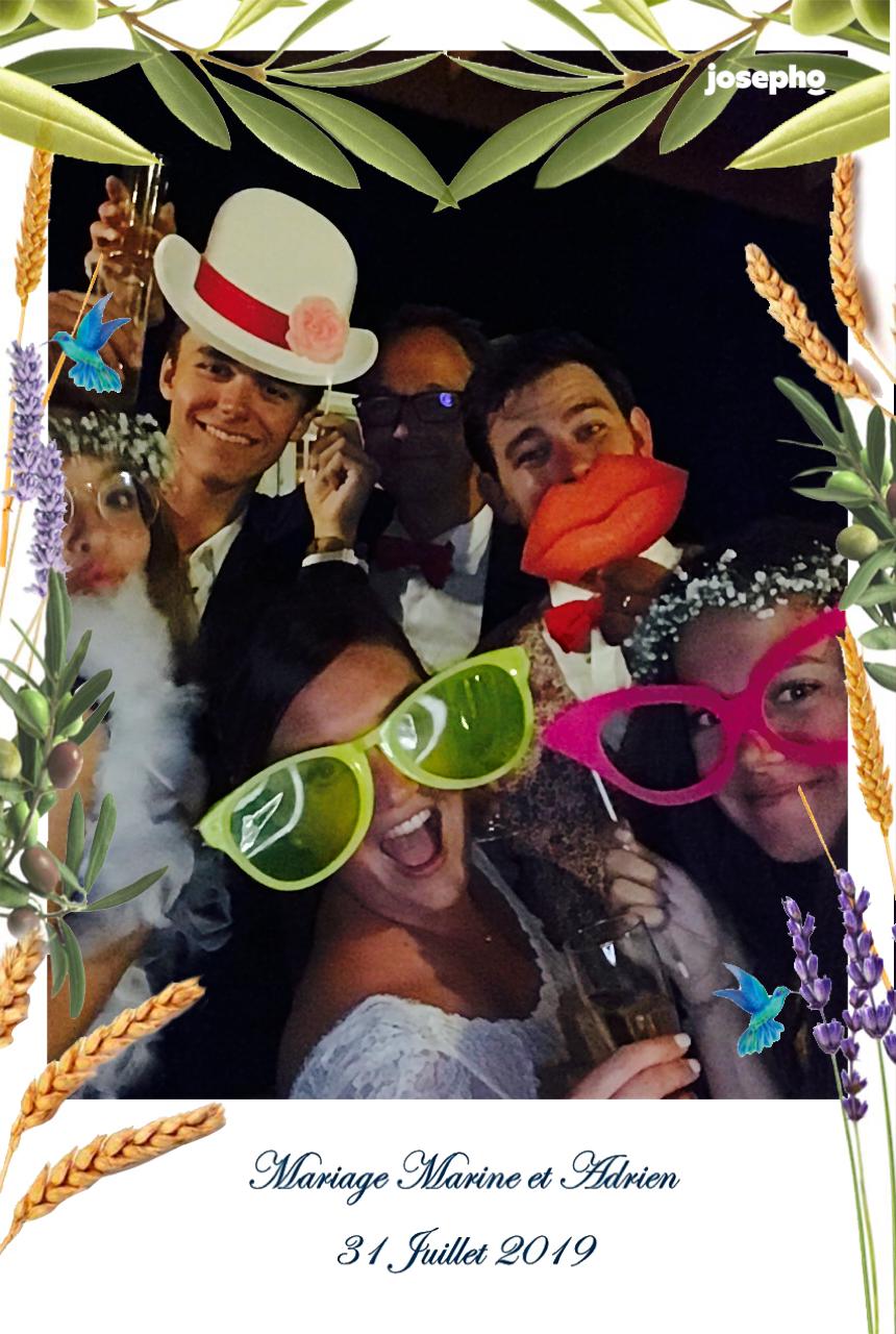 Une photo prise et imprimée par le photobooth josepho montre des amis s'amuser et poser devant le photobooth déguisés avec des accessoires comme des chapeaux, grosses bouches et grosses lunettes.