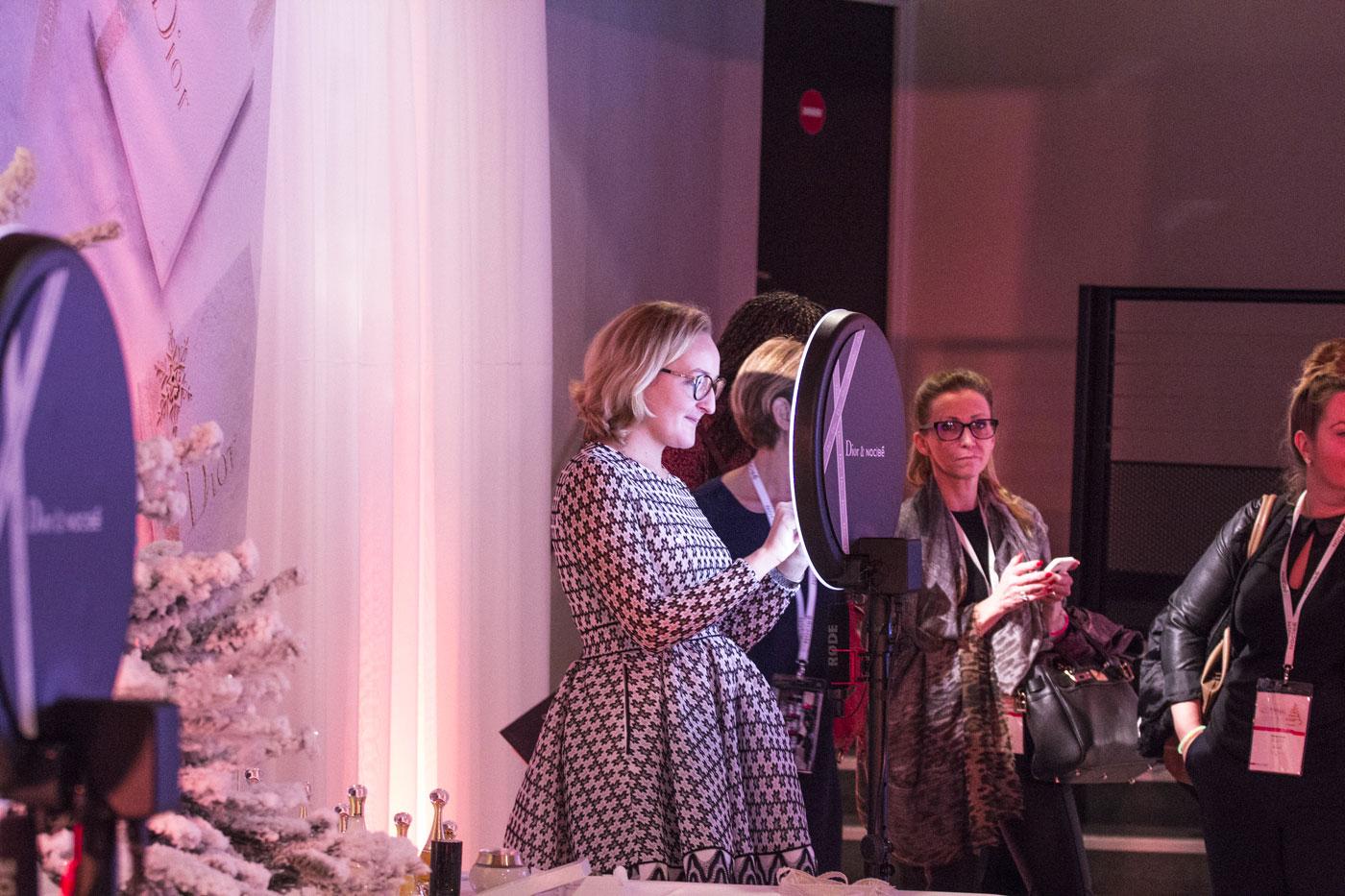 Une femme se prend en photo avec le photomaton de Josepho personnalisé Dior & Nocibé pour l'événement.