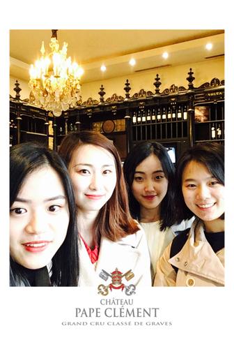 Une photo prise avec le photobooth de Josepho montre un groupe d'amies en train de sourire et se prendre en photo. Le cadre de la photo est personnalisé avec le logo Château Pape Clément.
