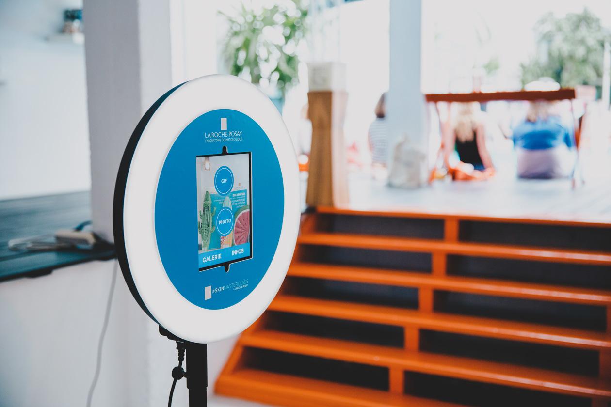 Le photobooth de Josepho, personnalisé avec les couleurs et le logo La Roche Posay, est installé face à un photocall La Roche Posay.