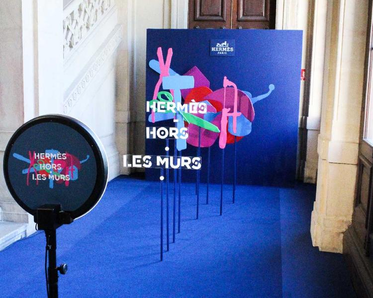 Le photobooth de Josepho personnalisé avec le logo Hermès Hors les Murs est installé face à un photocall Hermès Hors les Murs.