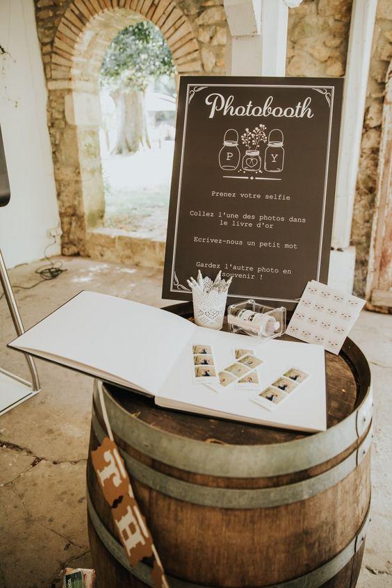 Pancarte signaletique photobooth qui indique aux invites de se prendre en photo et de deposer la photo dans un livre d'or