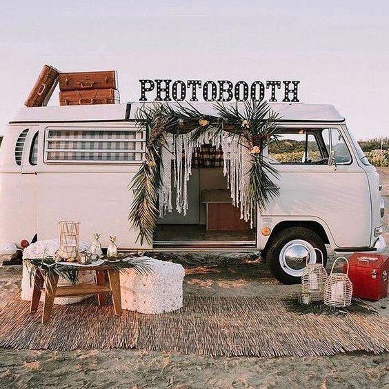Photocall original pour photobooth avec comme decor un van en guise de cabine photomaton