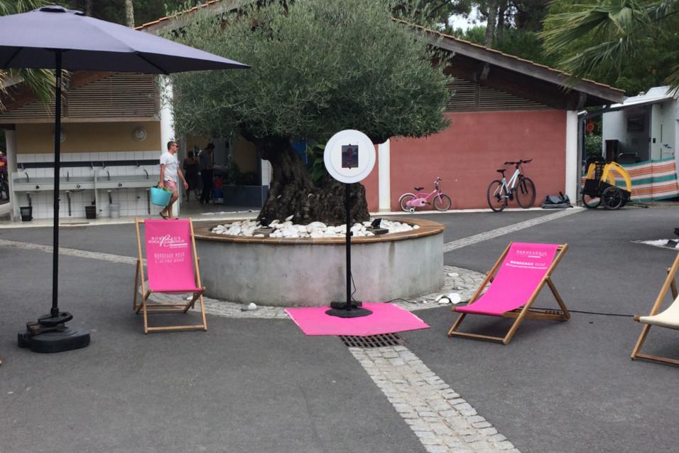 Le photobooth de Josepho est installé sur un camping entre deux transats rose Bordeaux Rosé.