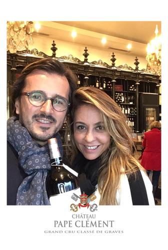 Une photo prise avec le photobooth de Josepho montre un couple en train de sourire et se prendre en photo. Le cadre de la photo est personnalisé avec le logo Château Pape Clément.