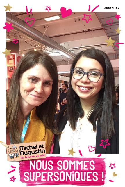 Une photo prise avec le photomaton de Josepho montre deux femmes en train de sourire et se prendre en photo. Le cadre de la photo est personnalisé avec le logo et les éléments de la marque Michel & Augustin.