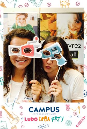 Une photo prise avec le photomaton de Josepho montre deux femmes en train de s'amuser avec des masques et se prendre en photo. Le cadre de la photo est personnalisé avec les éléments graphiques du séminaire Cultura.