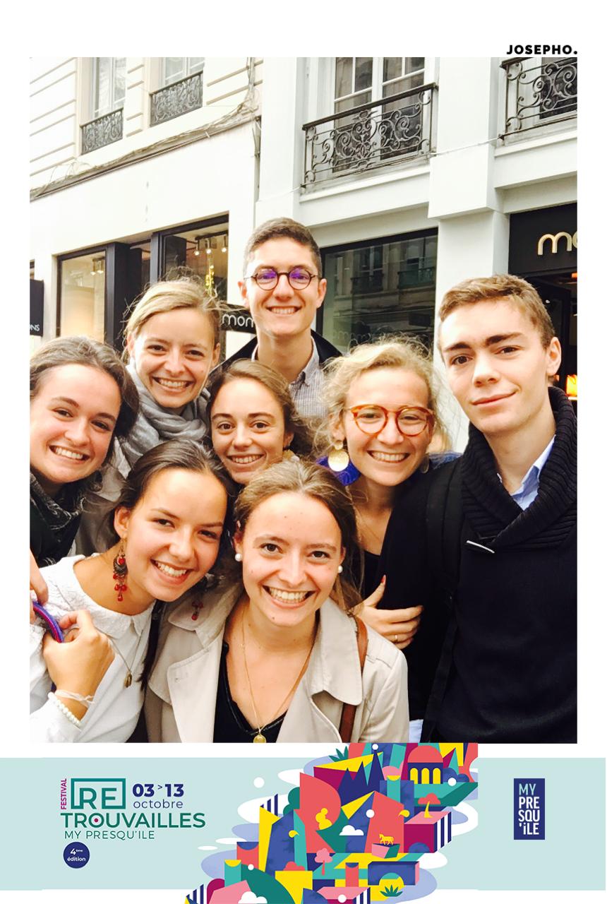 Une photo prise avec le photobooth de Josepho montre un groupe de jeunes en train de sourire et se prendre en photo. Le cadre de la photo est personnalisé avec le logo My Presqu'île.