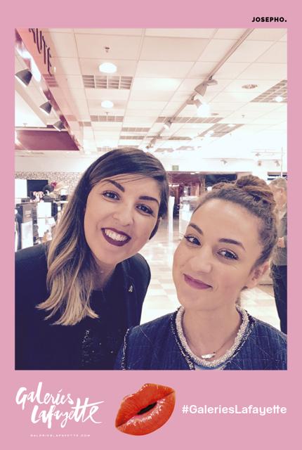 Une photo prise avec le photobooth de Josepho montre deux amies en train de sourire et se prendre en photo. La cadre de la photo est personnalisé avec le logo et le hashtag Galeries Lafayette.
