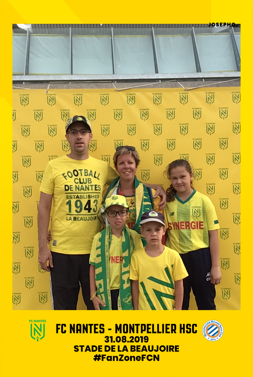 Une photo prise avec le photobooth de Josepho montre un groupe de supporters du FC Nantes en train de se prendre en photo devant un photocall aux couleurs du FC Nantes. Le cadre de la photo est personnalisé avec le logo du FC Nantes et la date du match.