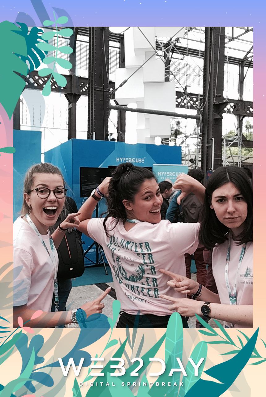 Une photo prise avec le photomaton de Josepho montre un groupe de personnes en train de s'amuser et se prendre en photo. Le cadre photo est personnalisé avec les couleurs et le logo Web2Day.