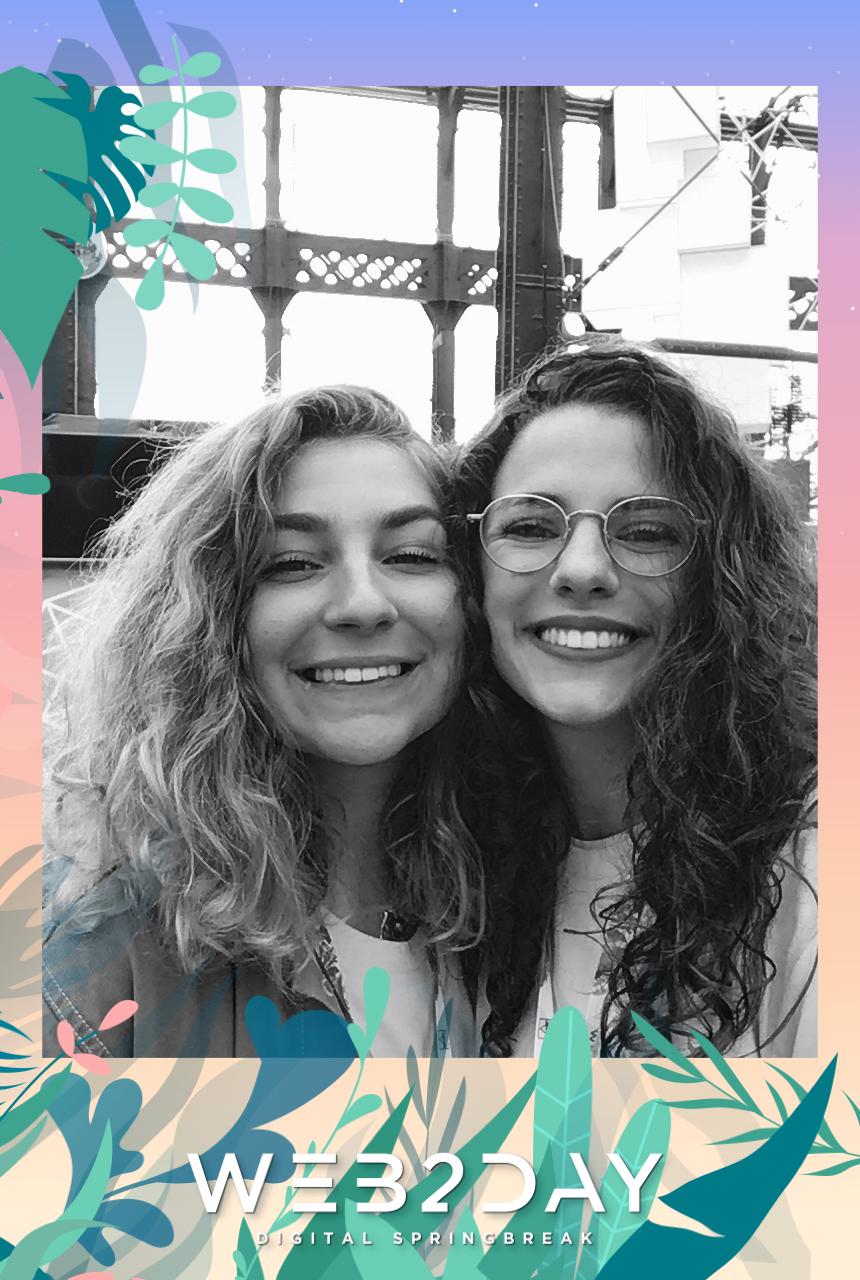Une photo prise avec le photomaton de Josepho montre deux amies en train de sourire et se prendre en photo. Le cadre photo est personnalisé avec les couleurs et le logo Web2Day.