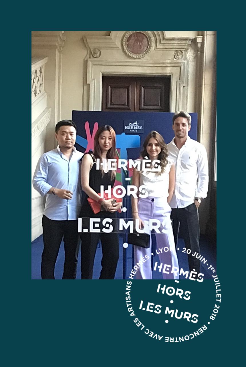 Une photo prise avec le photobooth de Josepho montre un groupe de personnes en train de se prendre en photo devant un photocall Hermès. Le cadre de la photo est personnalisé avec les couleurs et le logo Hermès Hors Les Murs.