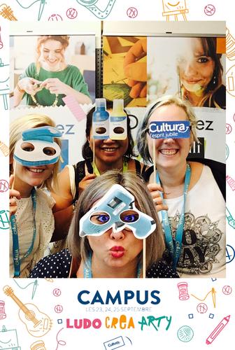 Une photo prise avec le photomaton de Josepho montre un groupe de personnes en train de s'amuser avec des masques et se prendre en photo. Le cadre de la photo est personnalisé avec les éléments graphiques du séminaire Cultura.