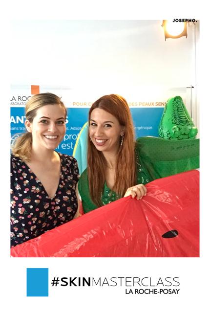 Une photo prise avec le photobooth de Josepho montre deux femmes en train se sourire et se prendre en photo. Le cadre de la photo est personnalisé avec le logo La Roche Posay.