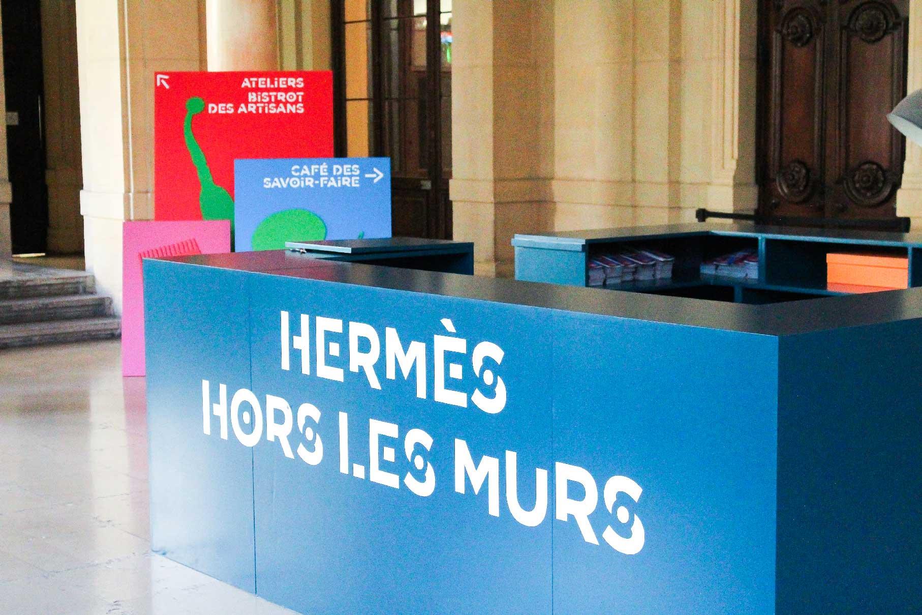 L'accueil du Palais de la Bourse à Lyon est personnalisé avec des panneaux aux couleurs de l'événement Hermès Hors Les Murs.