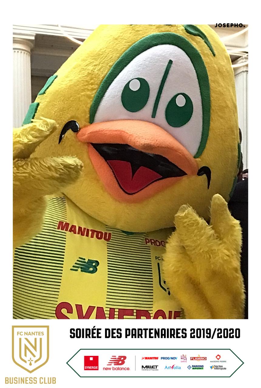 Une photo prise avec le photobooth de Josepho montre la mascotte du FC Nantes en train de se prendre en photo. Le cadre de la photo est personnalisé avec le logo du FC Nantes et la date de la soirée partenaires.