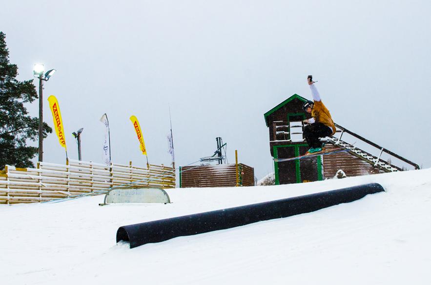 Ensin avataan harjoittelurinne ja minipark, heti sen jälkeen päärinne. Tämä on monen hiihtokeskuksen järjestys tänä talvena. Espoon Swinghillissä laskettiin jo 7.11.2016.