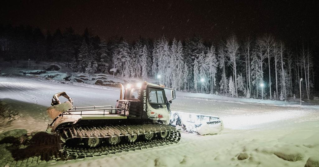 Mielakassa oli 10.11.2016 lumikissalla töitä, kun paikkoja viimeisteltiin. Kuva: Tomi Saksa