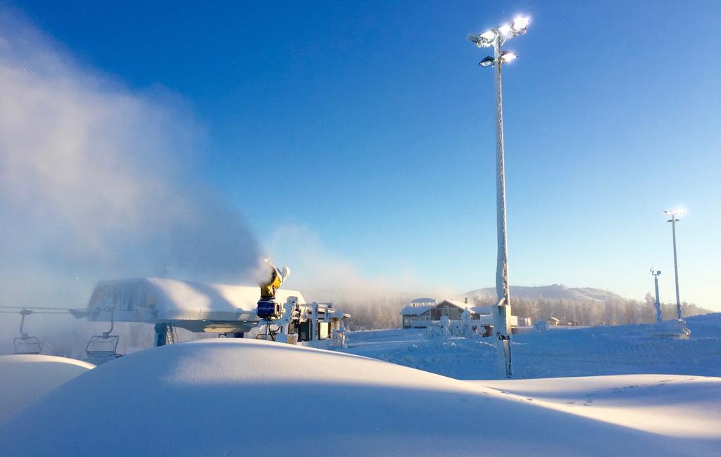 Levillä lasketaan maailmancup upean talvisissa olosuhteissa. Ja samaan aikaan tehdään lisää lunta.