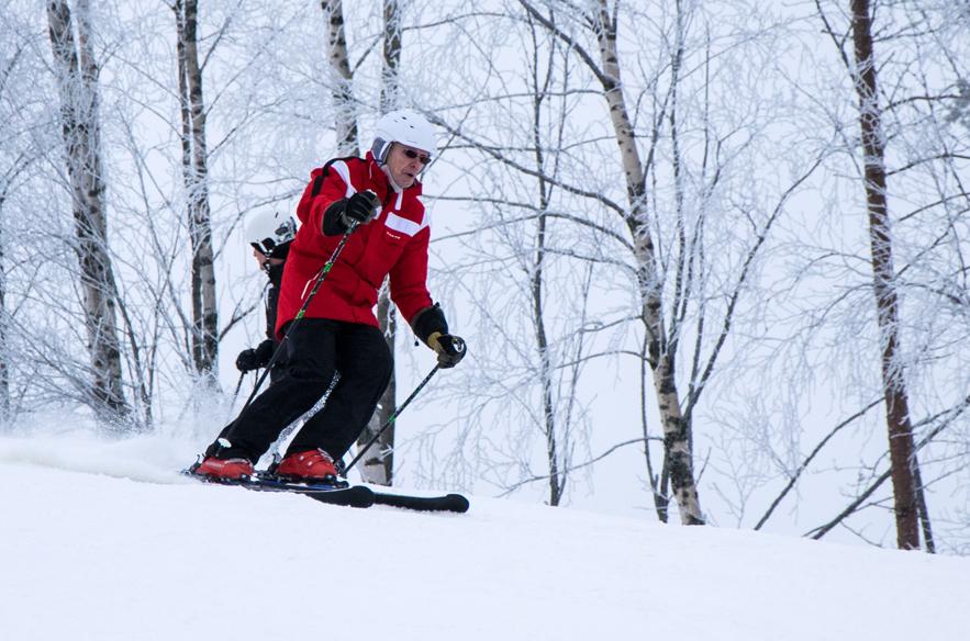 Laskettelun riemut kuuluvat kaiken ikäisille. Kari Maisniemi opettaa Talman hiihtokoulussa.