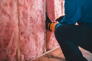 Installing fibre glass home insulation