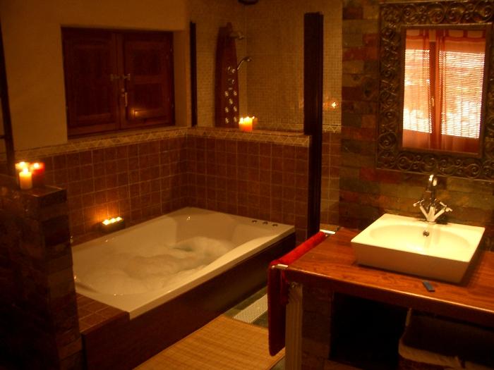 Baño Con Ducha Escocesa:Bañera doble con hidromasaje y ducha escocesa en la Casa Rural la