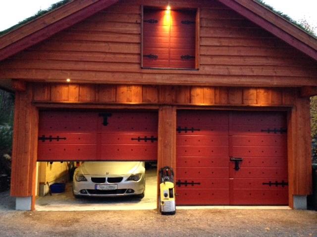 Garasjeporter med særegen stil som passer denne garasjen perfekt.