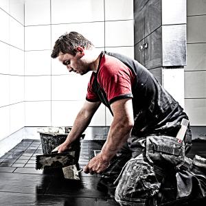 Flislegger i arbeid med oppussing av bad